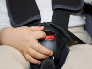 Crianças desafivelam os cintos de segurança: meninos são mais propensos a realizar a proeza