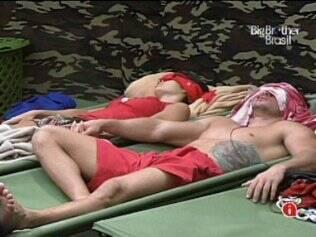 No acampamento, Talula e Rodrigo dormem de mãos dadas