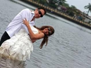 Claudia tentou alugar seu vestido de noiva, mas nada combinava com a cerimônia planejada. Acabou comprando