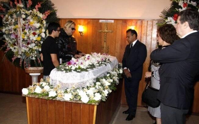 Muito emocionado, o filho adotivo de Lily Marinho, João Baptista, passou todo o tempo ao lado do caixão