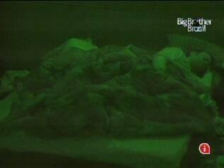 Maria e Maurício dividem a cama com o pernambucano Daniel
