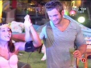 Clima de paixão entre Maria e Wesley durante show