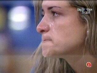 Natália fica triste com escolha dos confinados