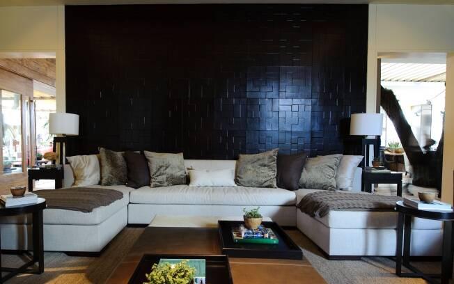 O couro está por toda parte, nas paredes do home theater de Debora Aguiar para a Casa Cor