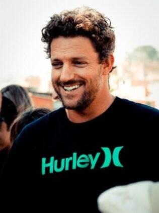O namorado Jon Rose veio para o Brasil para distribuir 150 filtros de água para comunidades carentes