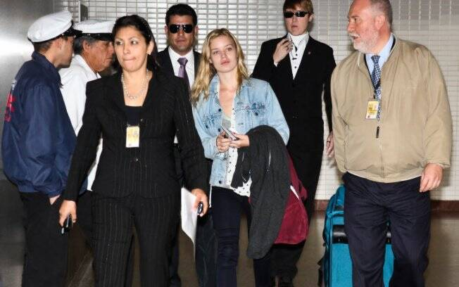 Georgia May Jagger chegando no Aeroporto Internacional de Guarulhos