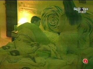 Natália vai deitar com Diana, que pede para a mineira dormir de calcinha