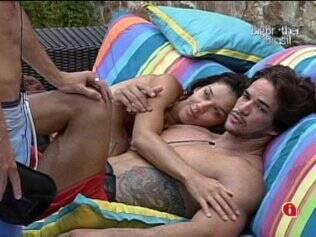 Talula conversa abraçada ao Rodrigo