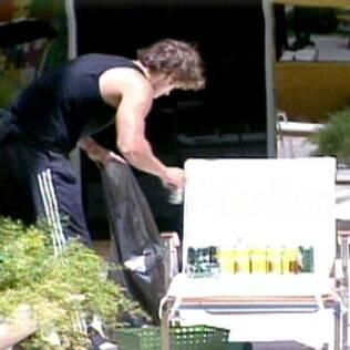 Maurício recolhe o lixo deixado pelos brothers na piscina