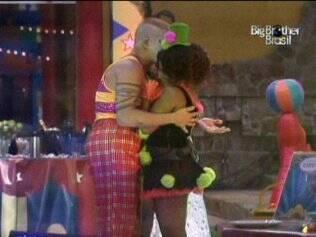 Janaina quase chora ao abraçar Diogo