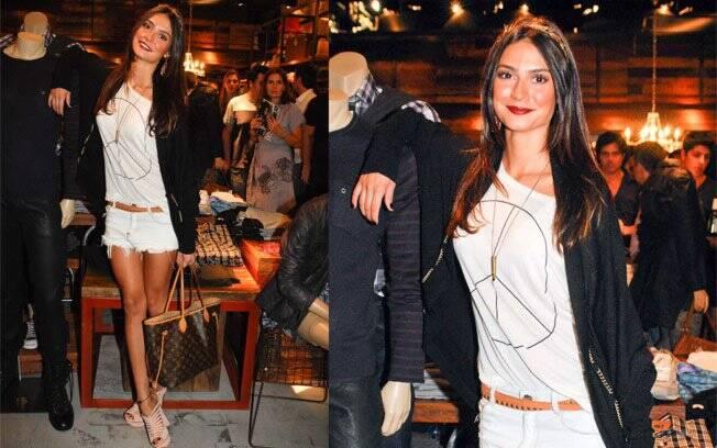 A estilosa Thaila Ayala usa shorts desfiado, t-shirt e salto plataforma