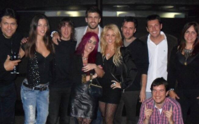 Gerard Piqué e um grupo de amigos, incluindo Shakira