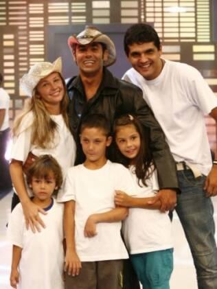 André com a família no dia da eliminação no reality
