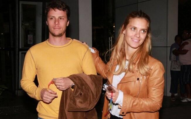 Carolina Dieckmann e o marido Tiago Worcman foram visitar Taís Araújo na maternidade