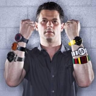Andy Greenblat mostra seis tipos de relógios de pulso em voga entre os clientes de sua loja na Califórnia