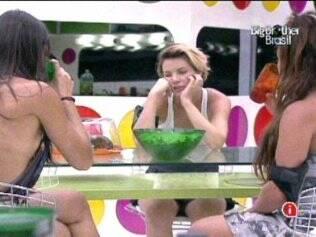 Maria e Talula comem pipoca na Casa Principal e deixam Diana, moradora do Lado B, com vontade