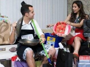 Quebrando tradições: os noivos Petter e Ana Paula abrem seus presentes juntos no chá
