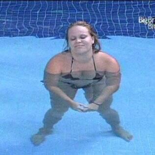 Paula aproveita a piscina sozinha