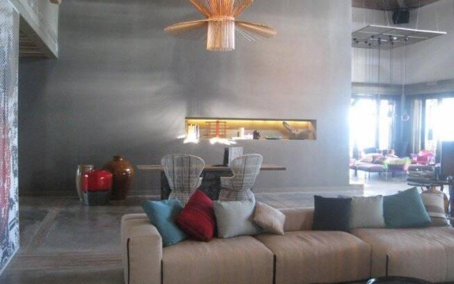 Peças de designers famosos e móveis assinado por Patricia para marcas iatalianas decoram o ambiente. É o caso dos sofás