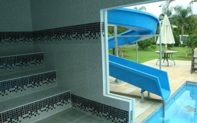 Com uma parede de vidro temperado, a sauna construída pela Impercap no interior de São Paulo, possibilita a vista para a área de lazer