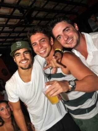 Amigos brindam a chegada de 2011