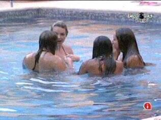 Sisters se divertem na piscina