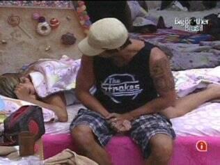No Quarto Jujuba, Maurício conversa com Adriana