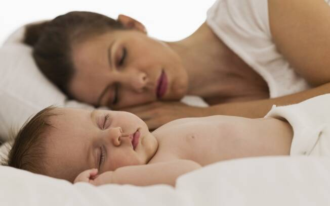 Dormir ajuda na amamentação: durante o sono ocorre a liberação de prolactina, hormônio responsável pela produção de leite