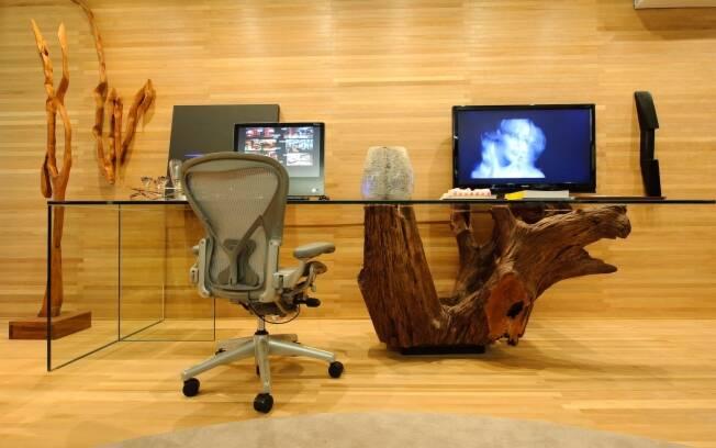 Denise Barretto colocou no Loft da Executiva uma escrivaninha com tampo de vidro e base de tronco de árvore