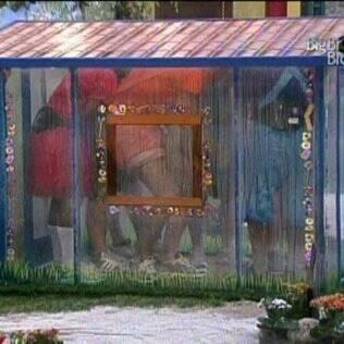 Todos ficam em pé na casinha azul