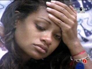 Jaqueline chora e não diz o porquê
