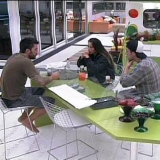 O trio conversa sobre as próximas jogadas do grupo