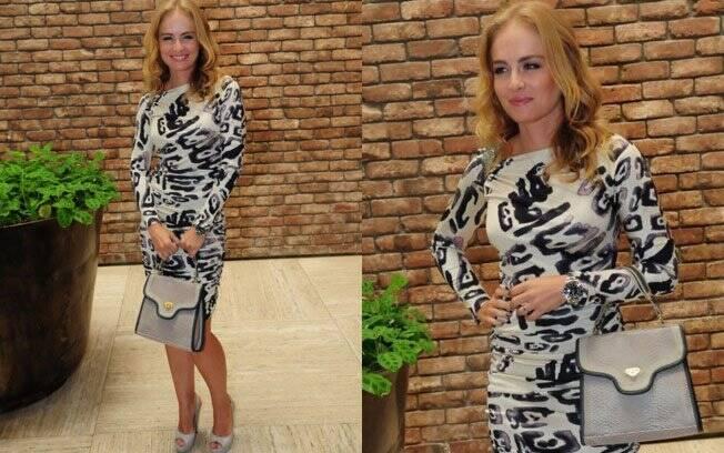 Que mistura! Para inauguração de loja, a apresentadora Angélica escolheu vestido muito estampado para os acessórios relógio masculino e bolsa esporte