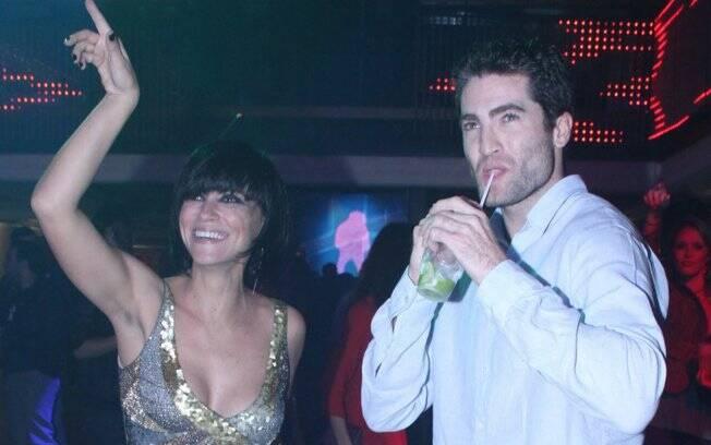 Suzana Pires se diverte na festa