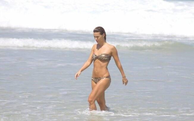 Carolina Dieckmann se refrescou na praia do Pepe, no Rio de Janeiro