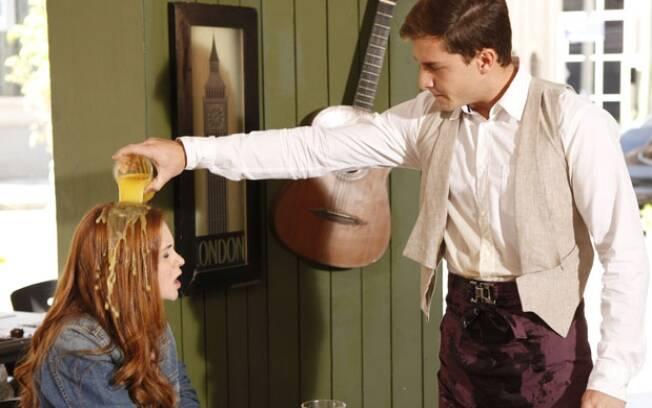 Guilherme derrama o suco na cabeça de Alice