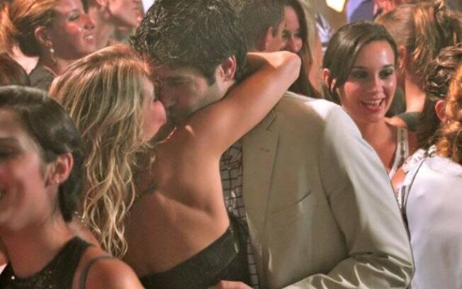 Falso casal protagoniza beijos de cinema