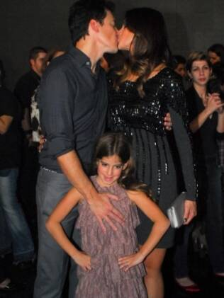 O beijo do casal na presença da filha