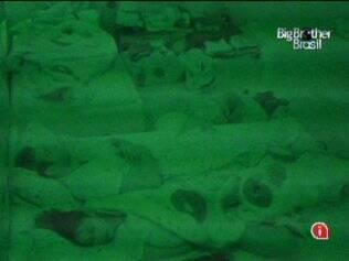 Maria faz charme, mas acaba dormindo com Wesley na cama de casal do Quarto Jujuba