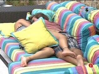Maria aproveitou o momento e deitou ao lado de Mauricio