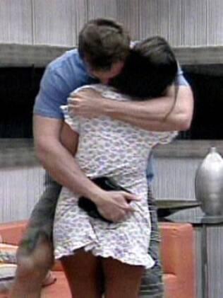 Wesley e Maria ficam abraçadinhos