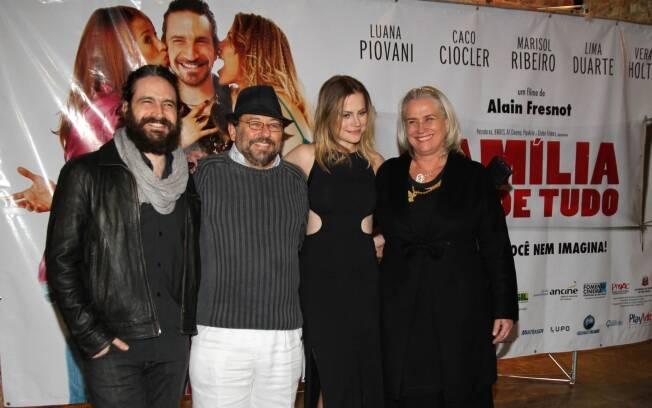 O diretor Alain Fresnot e o elenco do filme