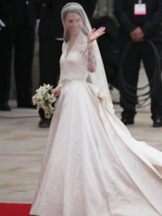 O modelo usado por Kate Middleton foi baseado nesta estrutura: acinturado com saia evasê. De Sarah Burton, para Alexander McQueen