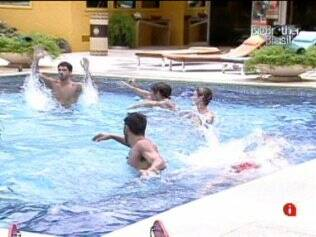 Brothers se divertem na piscina
