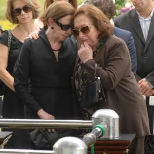 Gemma (Aracy Balabanian) e Bete (Fernanda Montenegro) choram durante o