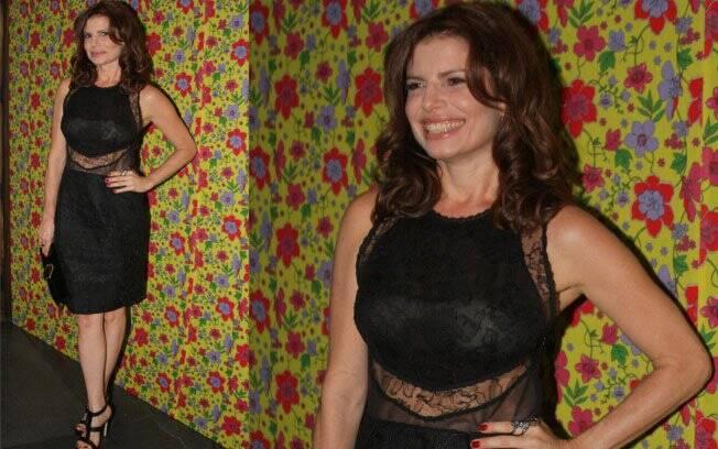 Debora Bloch escolheu um vestido preto com detalhes em renda para o evento