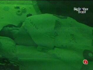 Depois de discutirem a relação, Diogo e Michelly dormem abraçados