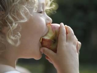 Para manter a boa alimentação das crianças, pais devem estar atentos aos próprios equívocos