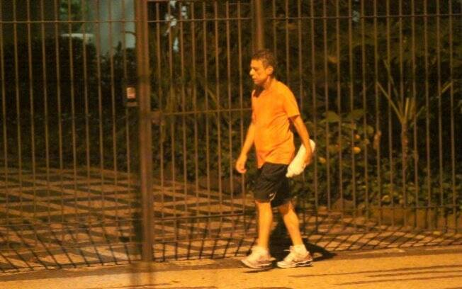 Chico Buarque em passeio noturno pelo Leblon