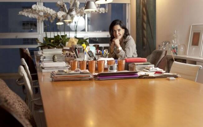 Móvel preferido da jornalista, a mesa faz as vezes de escritório, jardim e sala de jantar